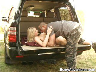 Порно мужик дрочит в машине