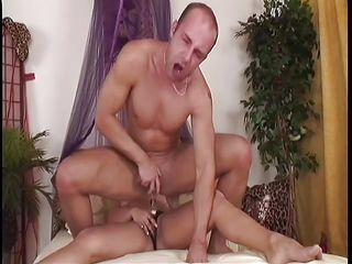 Зрелый мужик ебет в жопу